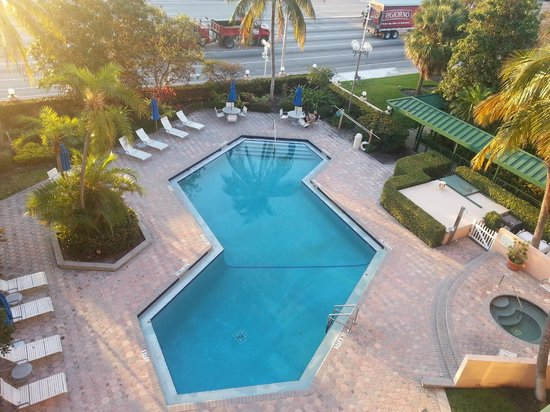 Courtyard by Marriott Fort Lauderdale East: pool view from room in morning
