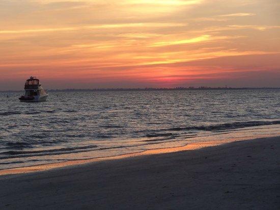 لاني كاي بيتش فرونت ريزورت: Lovely sunset!