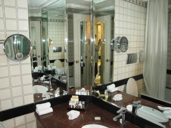 Taj Diplomatic Enclave, New Delhi: Bathroom - Double Room