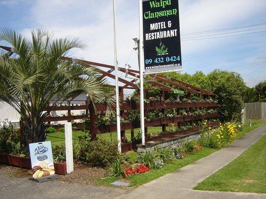 Waipu Clansman Motel: Road Frontage showing Gazebo Garden