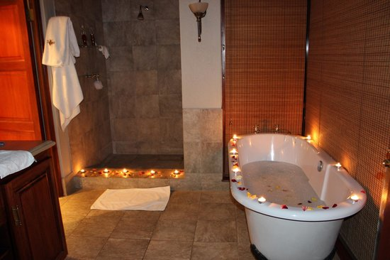 Imbali Safari Lodge: Staff surprised us with a romantic bubble-bath after dinner