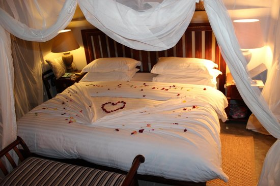 Imbali Safari Lodge: Romantic rose petal bed when we came back one night.