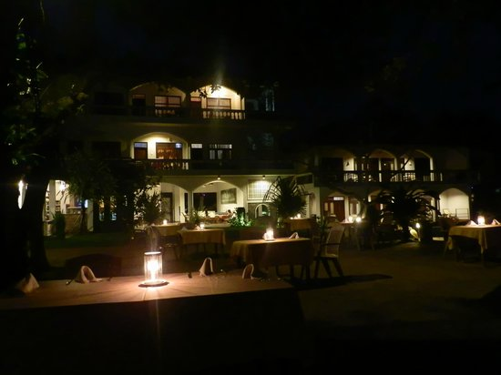 Sri Gemunu Beach Resort: Night time dining