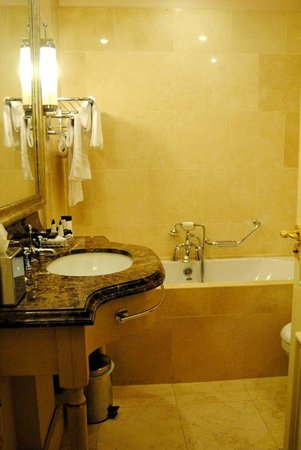 Step House Hotel: Bathroom
