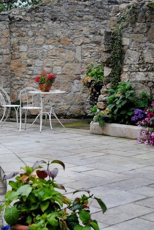 Step House Hotel: Courtyard