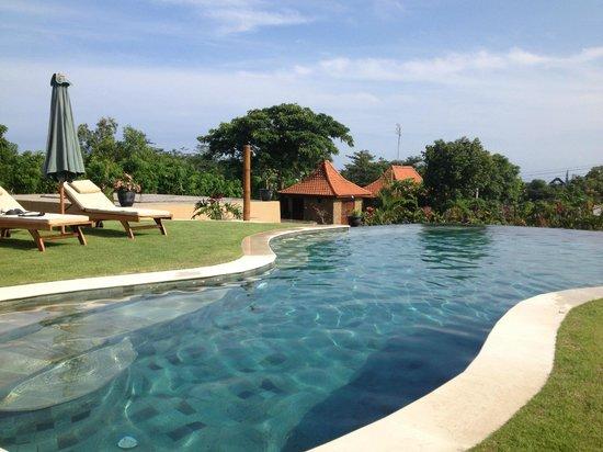 Three Monkeys Villas : the brilliant pool