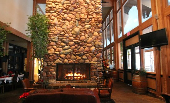 Grouse Mountain Lodge: Fireplace