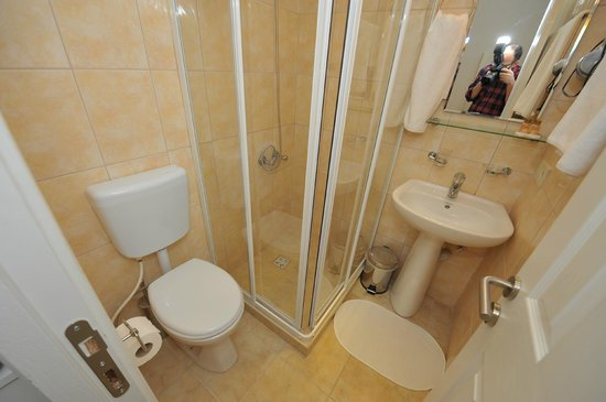 Finch Apartments: Suite Bathroom