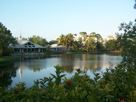 Trianon Bonita Bay: View of restaurant from across the lake