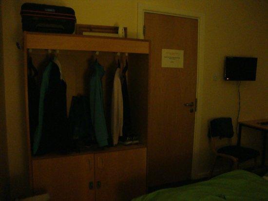 YHA Oxford: Wardrobe in room
