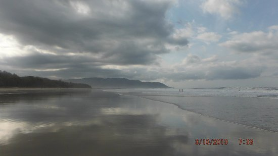 Pacifica Surf Studios: Beautiful even under cloudy skies and low tide