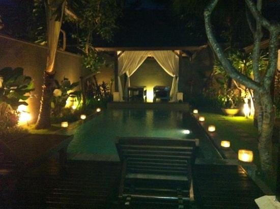 The Ulin Villas & Spa: pool at night