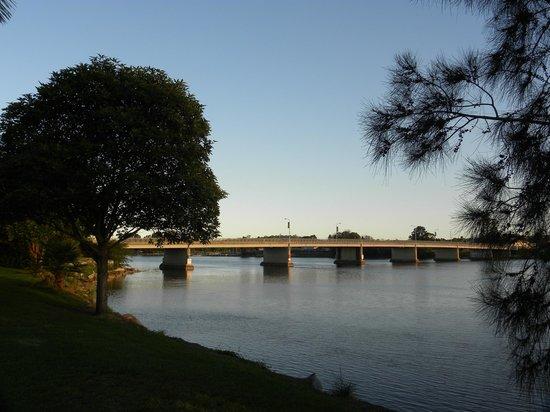 Riverbreeze Tourist Park: bridge view
