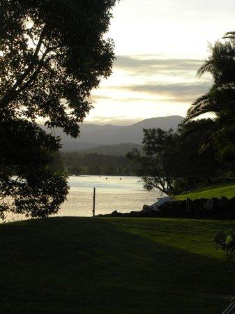 Riverbreeze Tourist Park: looking towards the mountains