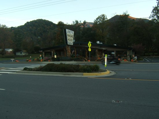 Jonathan Creek Inn and Villas: Joey's Pancake House across street from Inn