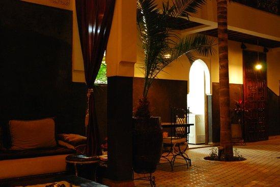 Riad Kasbah : Patio interior de noche