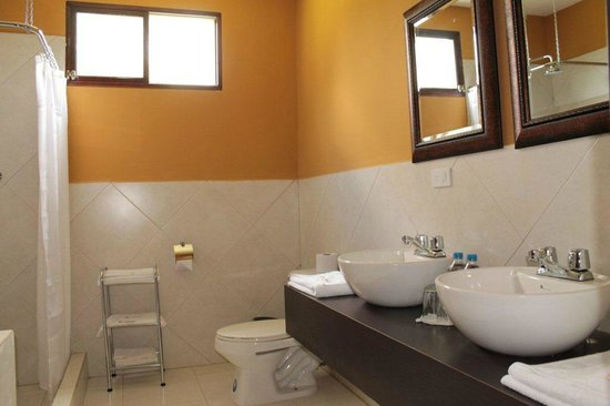 ‪سان أندريس لودج آند سبا: family room bathroom‬