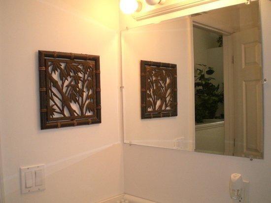 The Cozy Inn: Bathroom mirror