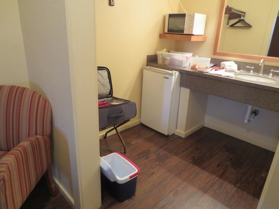 Executive Inn: Roomy bathroom counter area