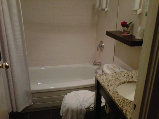 The Strathcona Hotel:                   Smart Queen Room- Bathroom
