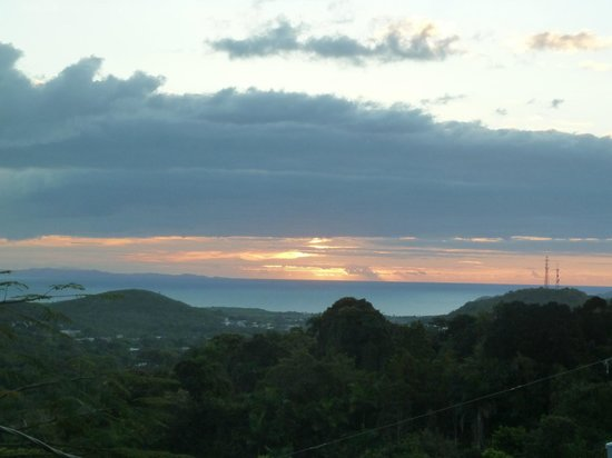 Ceiba Country Inn: Sunrise view to the Northeast from the porch