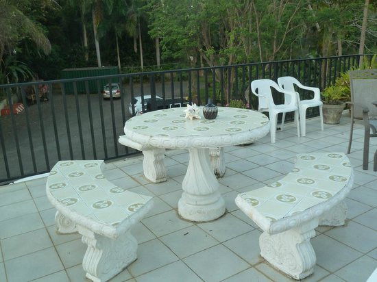 Ceiba Country Inn: Garden furniture on the porch