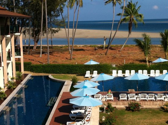 Lanta Pura Beach Resort: Swimming pool and the beach