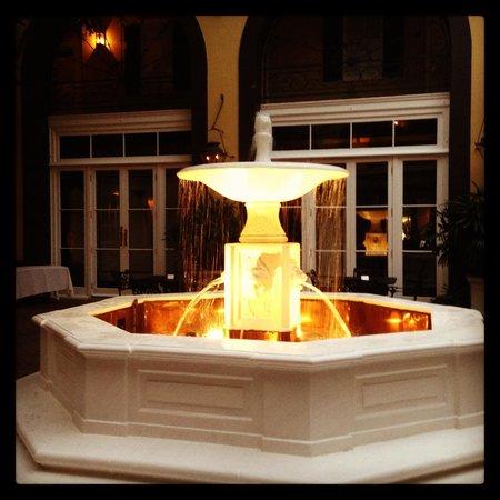 Hotel Mazarin: Courtyard Fountain