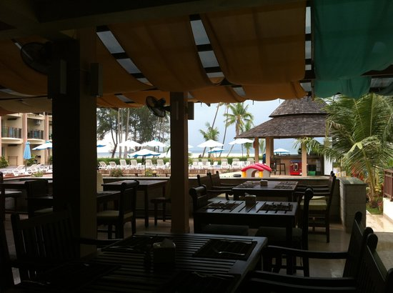 Lanta Pura Beach Resort: Pool bar(take photo from restaurant)