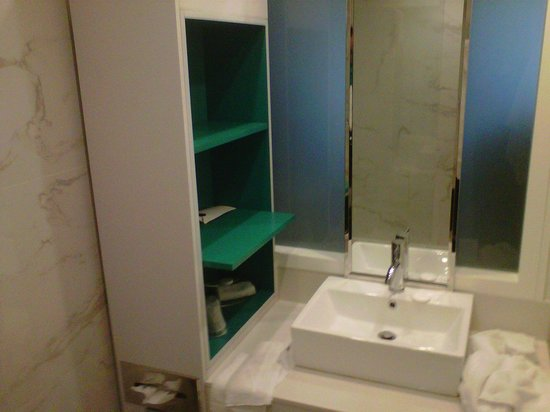 Bond Place Hotel:                   Business Queen Room- Bathroom