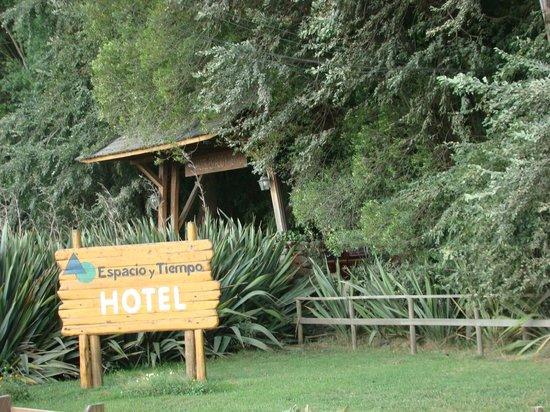 Hotel Espacio y Tiempo: Entrada con la vegetación de la zona