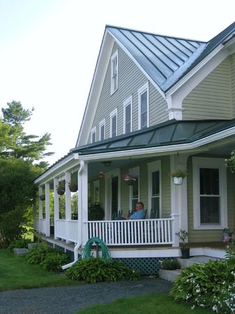 Kinsman Lodge: Porch Made For Relaxing