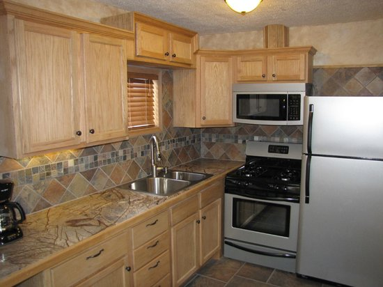 Riverbend Hot Springs: Triple Suite kitchen