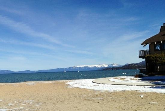 Tahoe Lakeshore Lodge and Spa : View from the patio after the snow melted