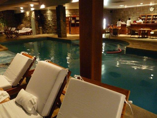Llao Llao Hotel and Resort, Golf-Spa: Piscina interna que conecta hacia una externa