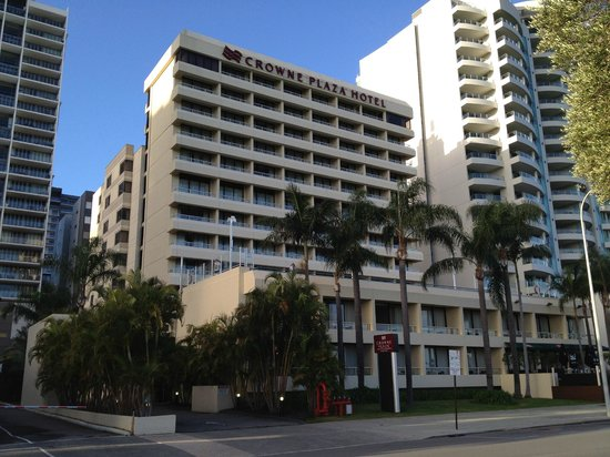 Crowne Plaza Perth: View of hotel from park