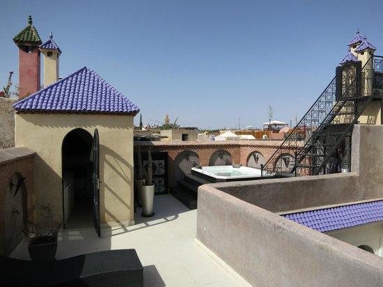 Riad Carllian : Terrasse avec jacuzzi