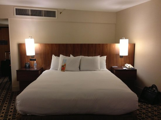 Hilton Palm Springs: Bed is at a funny angle in the corner