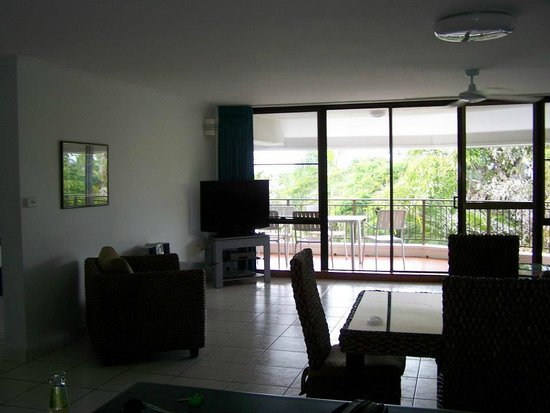 Roydon Beachfront Apartments: Lounge/Dining and balcony view