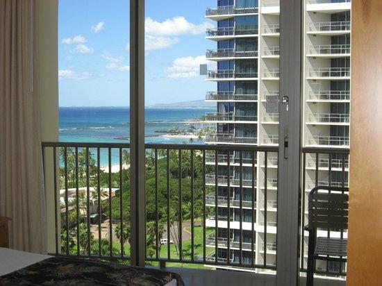 Embassy Suites by Hilton Waikiki Beach Walk: 向いはトランプタワー、左に海が見える