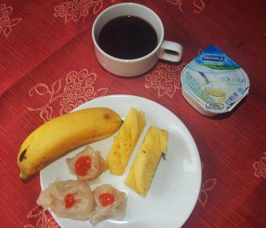 Thuy Duong 3 Hotel: Part of my breakfast:  dumplings, fruit, coffe & yogurt.