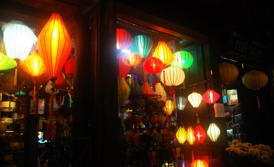 Thuy Duong 3 Hotel: Hoi An at night ... a lantern shop.