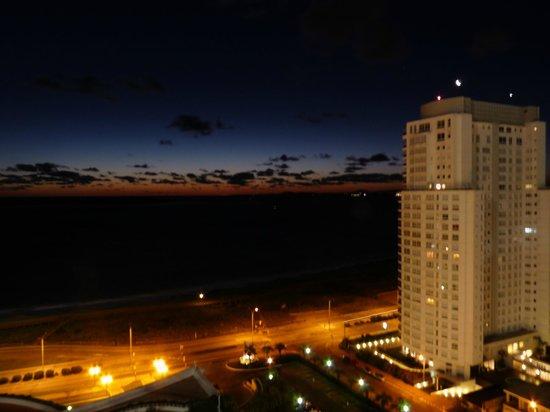 Conrad Punta del Este Resort & Casino: Vista al mar, de noche.