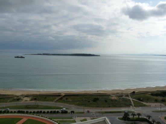 Conrad Punta del Este Resort & Casino: Vista al mar, de día.