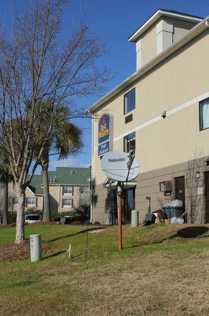 Baymont Inn & Suites Columbia Fort Jackson: Outside Hotel