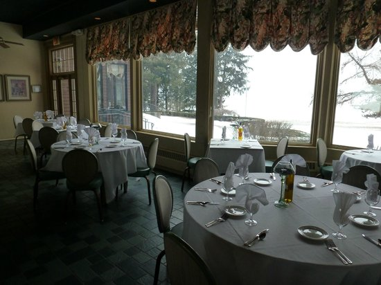 The Brewster Inn: Indoor patio dining