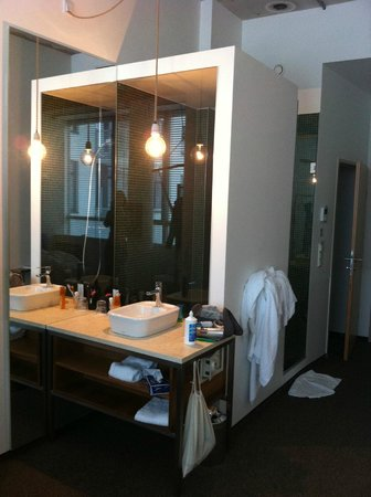 Hotel Daniel Vienna:                   Bathroom: washbasin in the room, shower in the cube