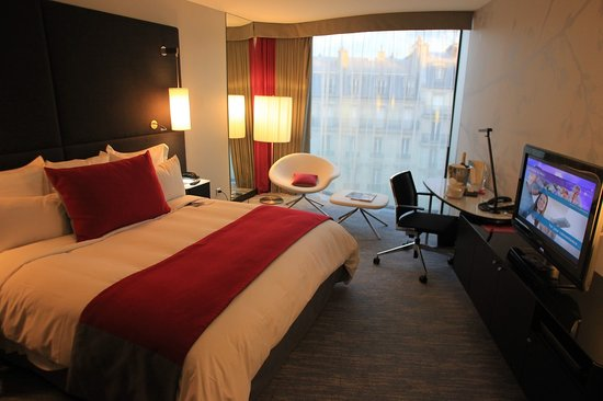 Renaissance Paris Arc de Triomphe Hotel:                   Room Decor is Modern