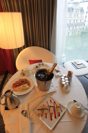 ‪‪Renaissance Paris Arc de Triomphe Hotel‬:                   Breakfast in the Room