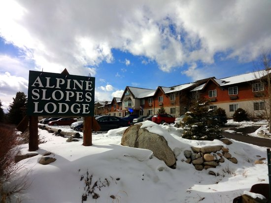 Alpine Slopes Lodge: Front of Hotel